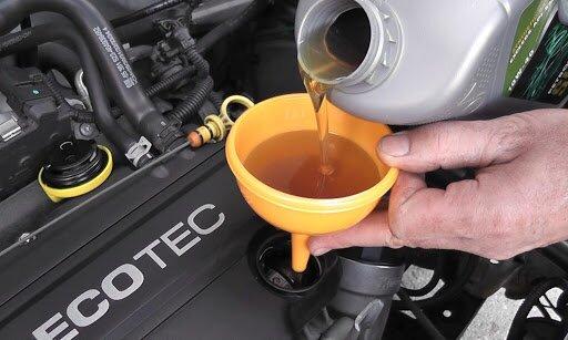 О замене моторного масла: процедура замены, как часто менять, практические советы